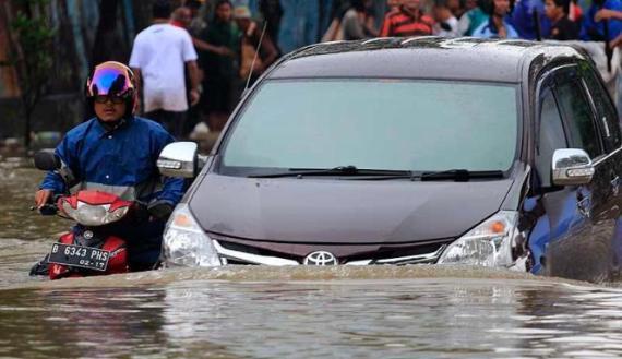 Tips Mengendarai Mobil Matic dan Manual saat Banjir Agar Tetap Aman