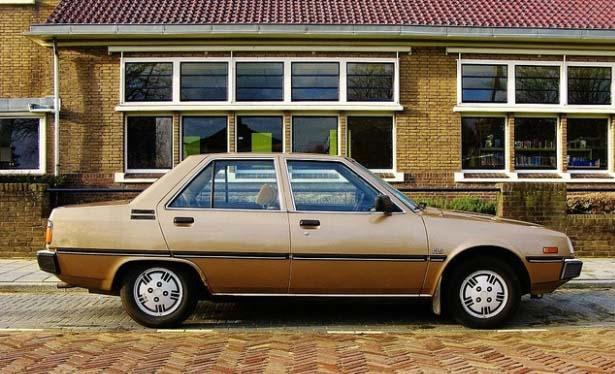 Sedan tua klasik Mitsubishi Tredia