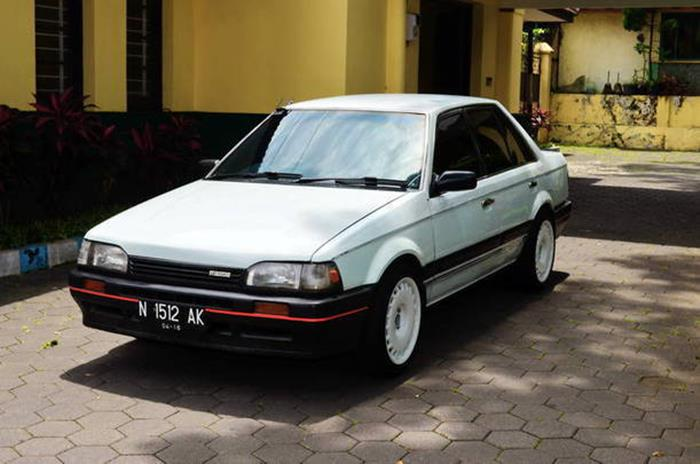 mobil sedan jadul keren warna putih Mazda 323 Trendy 1988 1989